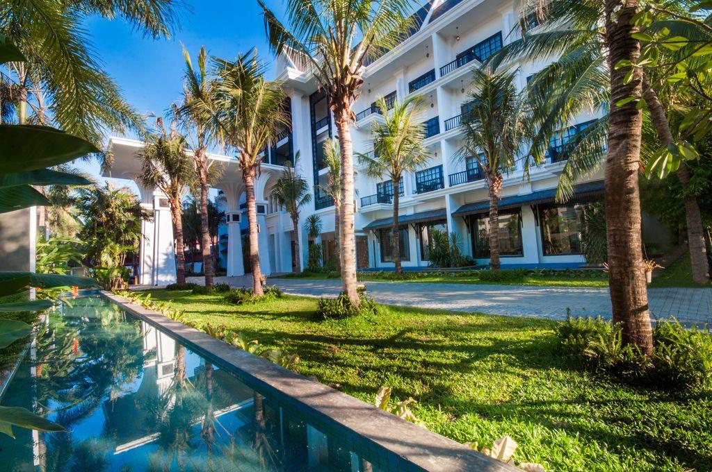 Lotus blanc hotel driveway garden
